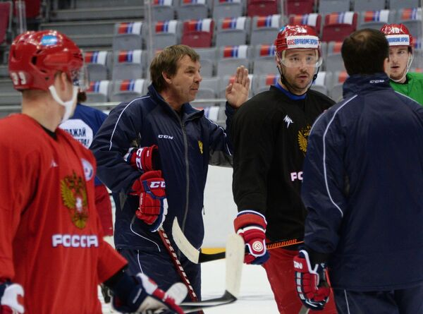 Олег Знарок (второй слева) и Илья Ковальчук (третий слева)