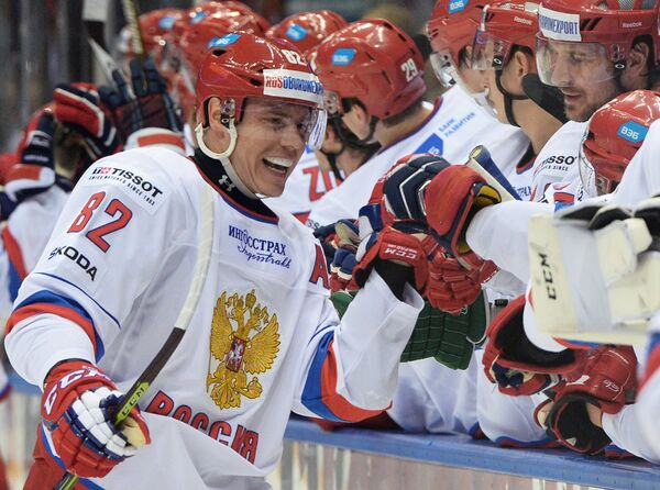 Защитник сборной России Евгений Медведев (слева)