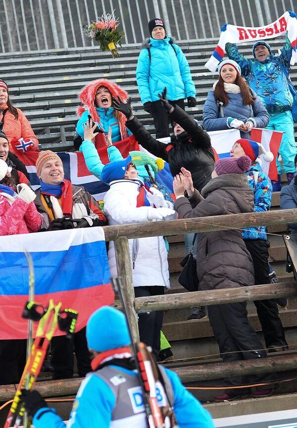 Российские болельщики ловят букет Антона Шипулина