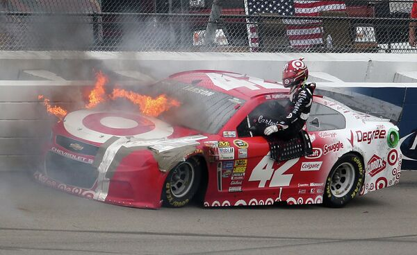 Пилот NASCAR Кайл Ларсон во время этапа серии Sprint Cup Pure Michigan в Бруклине