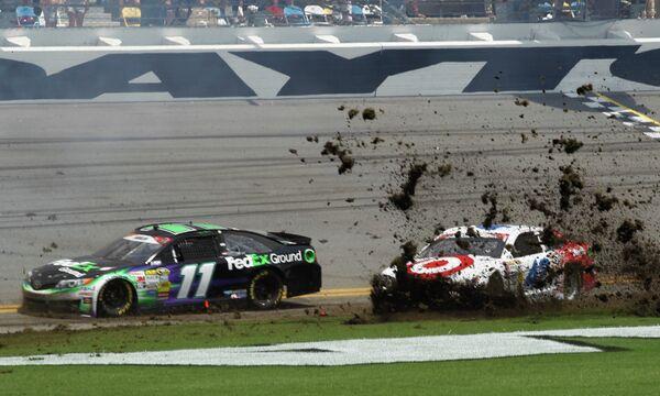 Пилоты Дэнни Хэмлин и Кайл Ларсон (справа) во время этапа серии NASCAR Sprint Cup Series на трассе Дайтона Бич