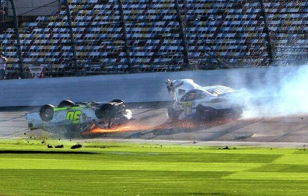 Автомобили пилотов Паркера Клигермана (на крыше) и Дэйва Блайни во время этапа серии NASCAR Daytona 500 на трассе в Дайтоне Бич