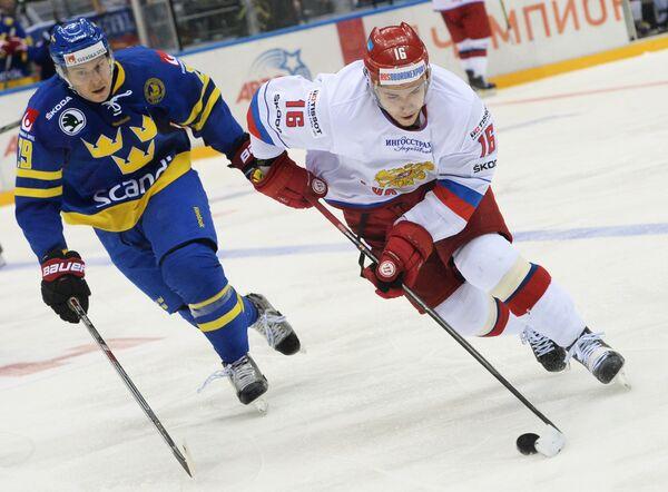 Защитник сборной Швеции Эрик Густафссон (слева) и нападающий сборной России Сергей Плотников