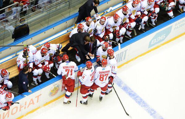 Олег Знарок (в центре слева)