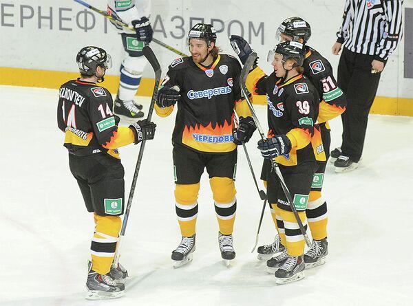Хоккеисты Северстали поздравляют форвард команды Андреаса Турессона (в центре) с забитой шайбой