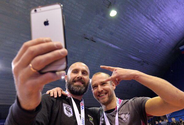 Игрок ВК Белогорье Сергей Тетюхин (слева) и игрок ВК Зенит-Казань Алексей Вербов