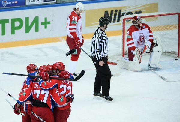 Хоккеисты ЦСКА радуются заброшенной шайбе в ворота Витязя