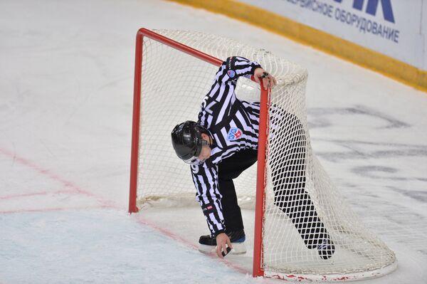 Судья во время матча КХЛ