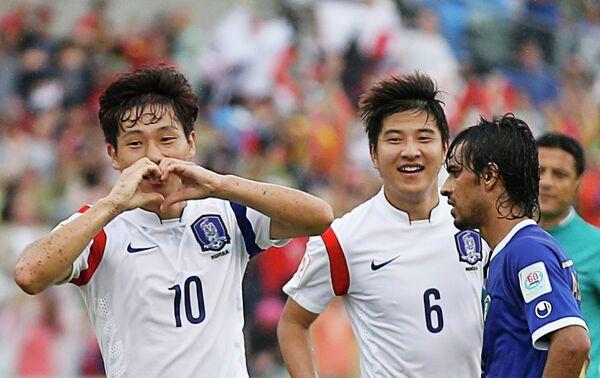 Футболисты сборной Южной Кореи Нам Тхэ Хи и Пак Чжу Ху