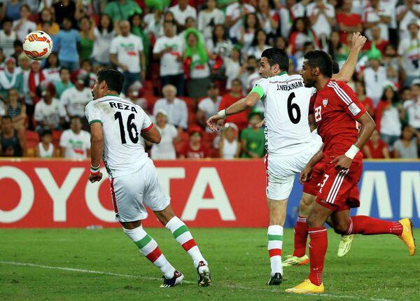 Футболисты сборной Ирана Реза Гучаннеджад и Джавад Некунам радуются забитому мячу