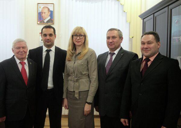 Эмиль Алиев (второй слева)