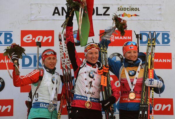 Дарья Виролайнен (Россия) – 2-е место, Дарья Домрачева (Белоруссия) – 1-е место, Кайса Мякяряйнен (Финляндия) – 3-е место (слева направо)