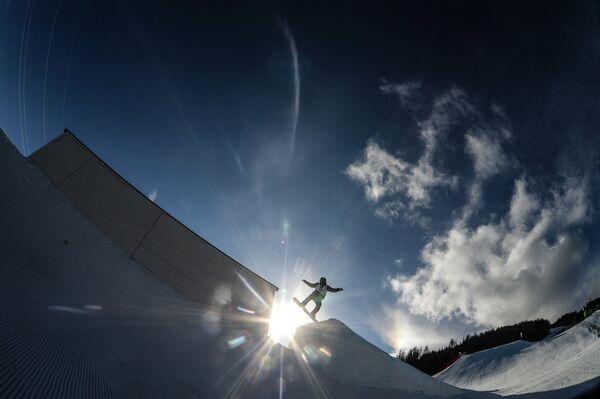 Спортсмен в квалификации слоупстайла на соревнованиях по сноуборду среди мужчин на чемпионате мира в австрийском Крайшберге