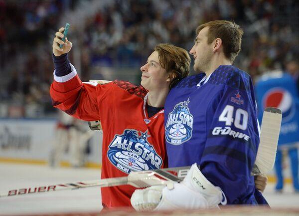 Игрок команды Запад Никита Гусев (слева) и вратарь команды Запада Станислав Галимов