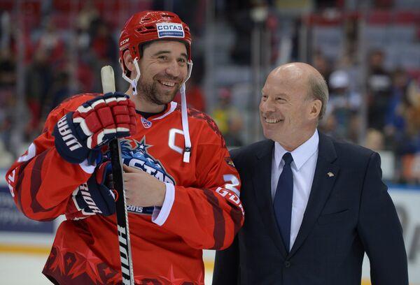 Капитан команды Восток Данис Зарипов (слева) и тренер команды Восток Майк Кинэн