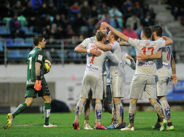Футболисты мадридского Атлетико поздравляют Марио Манджукича с забитым мячем