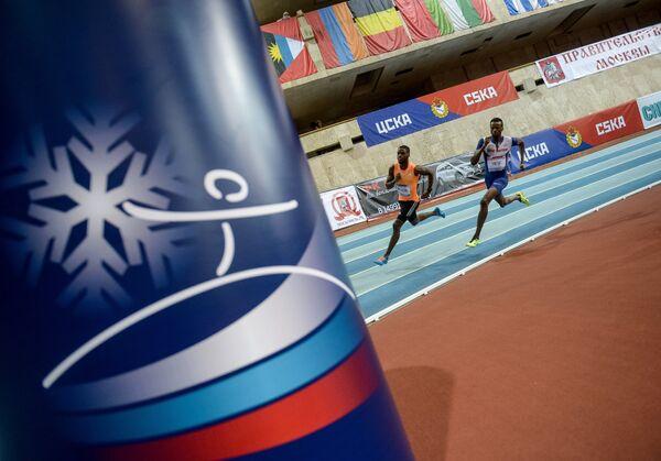 Рикардо Дос Сантос (Португалия), Рабах Юсиф (Великобритания) в финальном забеге на 400 м на международном турнире по легкой атлетике Русская зима - 2015