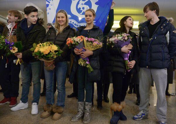 Сергей Воронов, Адьян Питкеев (слева направо), Елена Ильиных, Руслан Жиганшин, Анна Погорилая (справа налево) и тренер Анна Царева (третья слева)