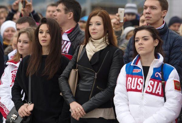 Юлия Липницкая, Елена Ильиных, Екатерина Боброва, Аделина Сотникова (слева направо) и российский фигурист Дмитрий Соловьев (на втором плане справа)