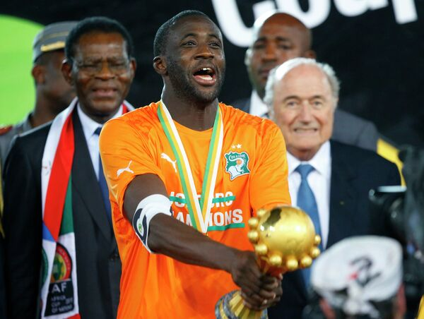 Полузащитник сборной Кот-д'Ивуара Яя Туре с Кубком африканских наций