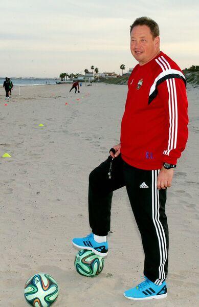 Главный тренер ФК ЦСКА Леонид Слуцкий на тренировке на пляже в Сан-Педро-дель-Пинатар в Испании
