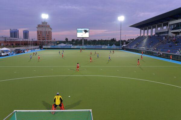 Игроки сборных России и Японии в матче предварительного раунда группового этапа женского турнира по хоккею на траве