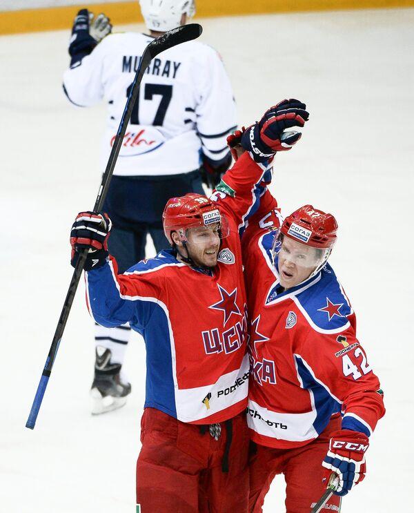 Форварды ЦСКА Ян Муршак (слева) и Андреас Энгквист