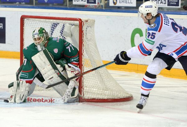 Вратарь Ак Барса Эмиль Гарипов (слева) и форвард Лады Федор Федоров