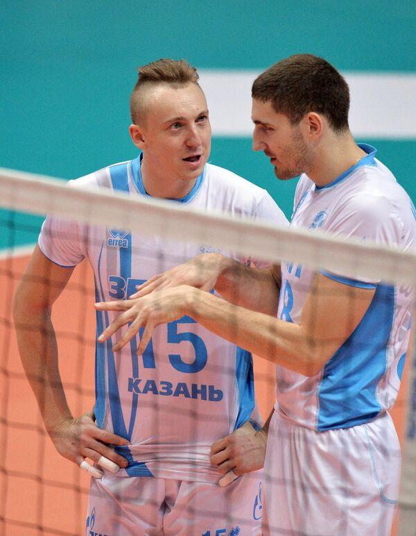 Волейболисты Зенит-Казань Алексей Спиридонов (слева) и Максим Михайлов