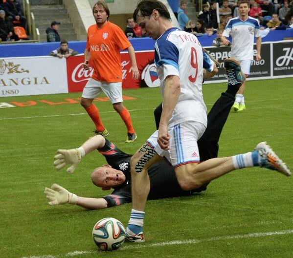 Игровой момент матча Россия - Нидерланды на Кубке легенд -2015