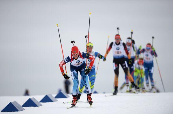 На первом плане Яна Романова (Россия) на дистанции эстафеты среди женщин
