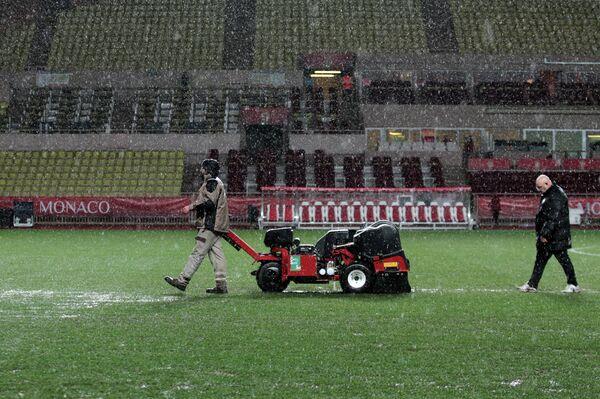Сотрудники стадиона перед матча Лиги 1 между Монако и Монпелье