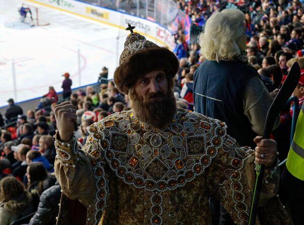 Болельщик в историческом костюме на трибунах во время матча регулярного чемпионата Континентальной хоккейной лиги