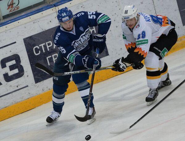 Защитник Динамо Дмитрий Вишневский (слева) и нападающий Северстали Евгений Ковыршин