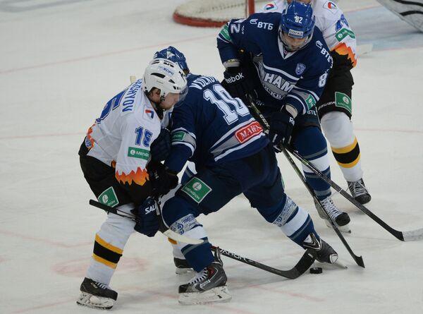 Нападающий Северстали Юрий Трубачёв и хоккеисты Динамо Константин Волков и Максим Майоров (слева направо)