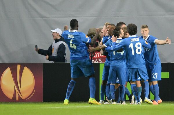 Игроки ФК Динамо радуются забитому голу