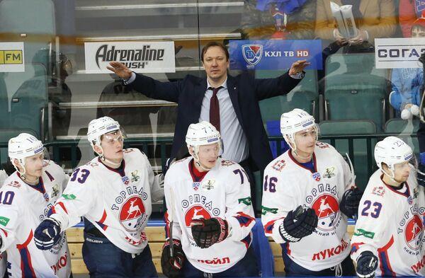 Главный тренер ХК Торпедо Петерис Скудра (на втором плане в центре) и игроки ХК Торпедо