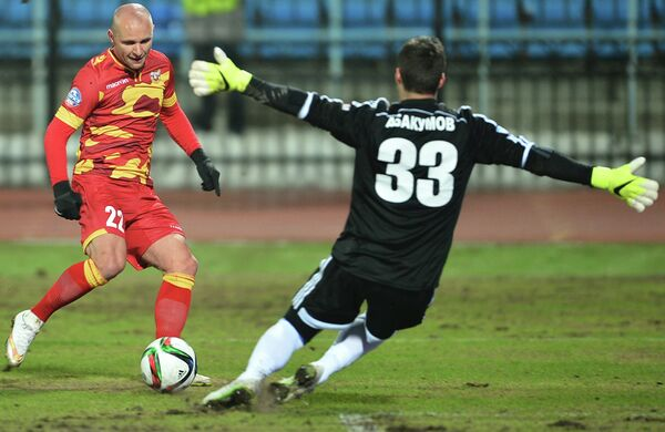 Защитник ПФК Арсенал Лукаш Тесак (слева) и вратарь ФК Газовик Дмитрий Абакумов
