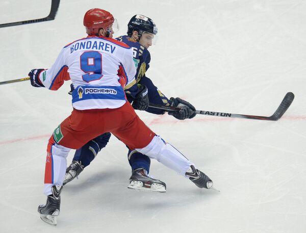 Кори Эммертон (справа) и Алексей Бондарев