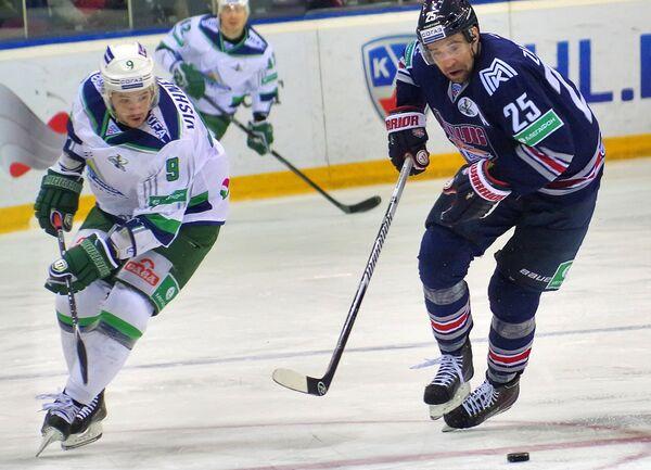 Защитник Салавата Юлаева Иван Вишневский (слева) и форвард Металлурга Данис Зарипов
