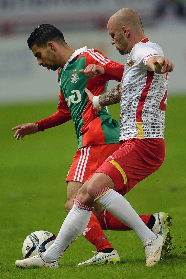 Полузащитник Локомотива Мбарк Буссуфа (слева) и защитник Арсенала Лукаш Тесак