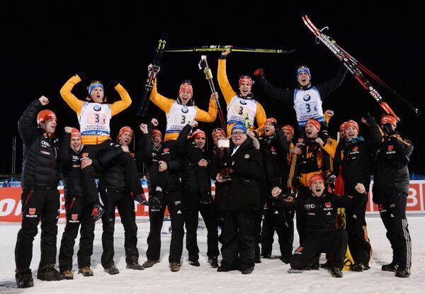 Слева направо на втором плане: немецкие биатлонисты Эрик Лессер, Даниэль Бем, Арнд Пайффер, Симон Шемпп