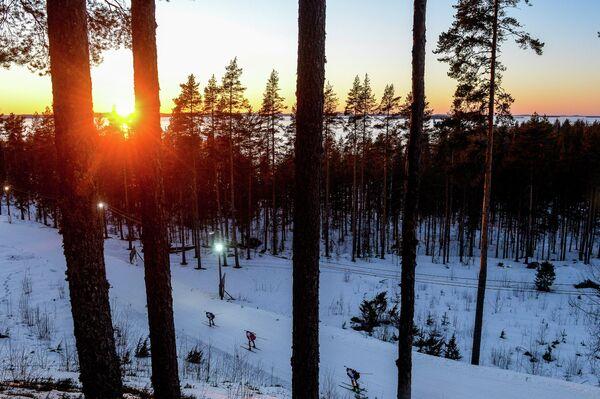 Биатлонисты на дистанции эстафеты в финском Контиолахти