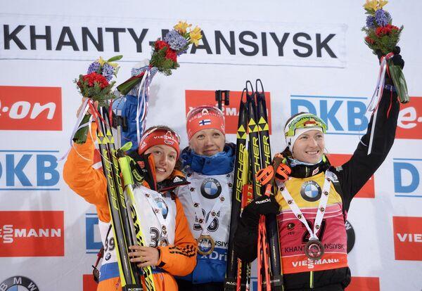 Лаура Дальмайер, Кайса Мякяряйнен, Дарья Домрачева (слева направо)