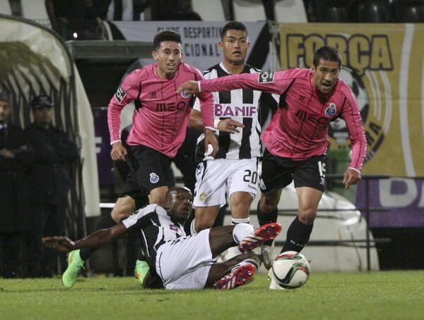 Игровой момент матча Насьональ - Порту