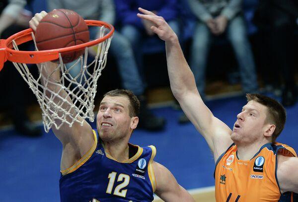Форвард Химок Сергей Моня (слева) и центровой Валенсии Люк Харангоди