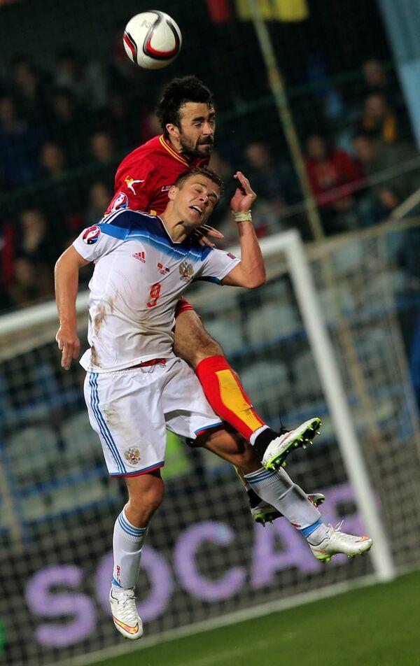 Нападающий сборной России Александр Кокорин (на первом плане) и защитник сборной Черногории Марко Баша