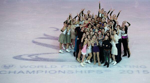 Участники показательных выступлениях на чемпионате мира по фигурному катанию в Шанхае