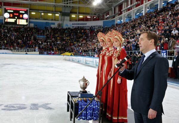 4 апреля 2015. Председатель правительства России Дмитрий Медведев поздравляет сборную России по хоккею с мячом
