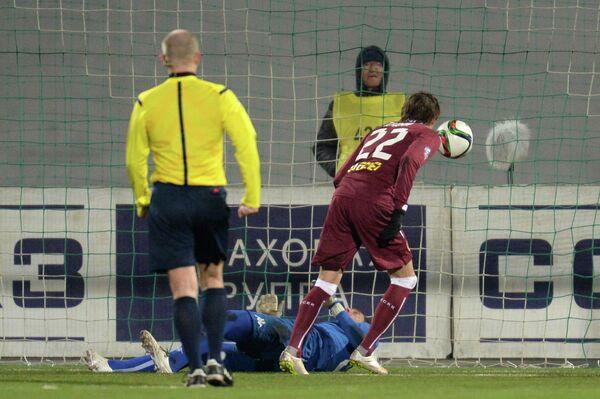 Нападающий Рубина Владимир Дядюн забивает гол в ворота Краснодара